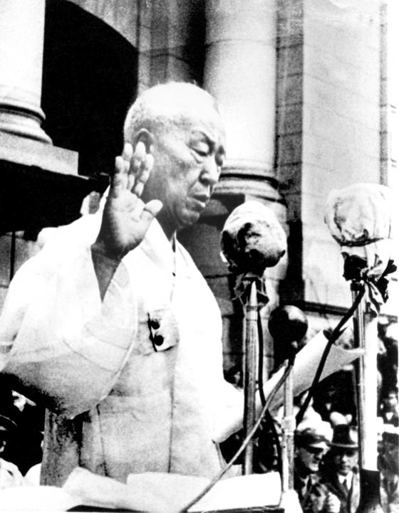 1948년 7월 24일 중앙청 광장에서 대통령 취임식을 가진 이승만 대통령. [중앙포토]