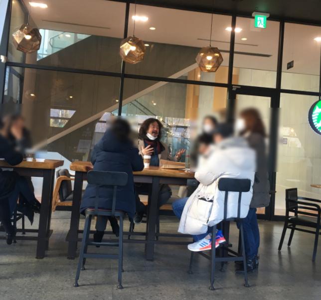 방송인 김어준씨가 한 카페에서 마스크를 제대로 쓰지 않은 채 카페에서 일행들과 대화를 하는 모습이 시민들에게 포착됐다. 이 사진은 19일 트위터 등 소셜네트워크서비스(SNS)를 중심으로 확산했다.