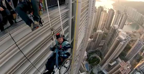 The New York Times informó que Lai Chi Yu había dejado de subir a una altura de 250 metros después de una hora de lucha. [NYT 캡쳐]
