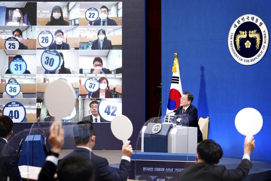 문재인 대통령이 18일 청와대 춘추관에서 신년 기자회견을 하고 있다. [청와대 사진기자단]