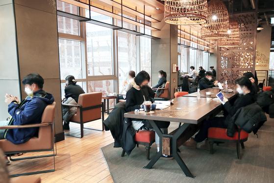 일부 다중이용시설에 대한 방역 조치가 완화된 18일 서울 중구의 한 카페 모습. 장진영 기자