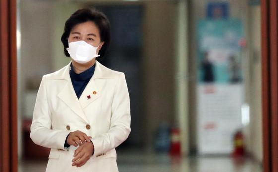 추미애 법무부 장관이 지난 19일 서울 세종로 정부 서울청사에서 열린 국무회의에 참석하고 있다. [뉴스1]