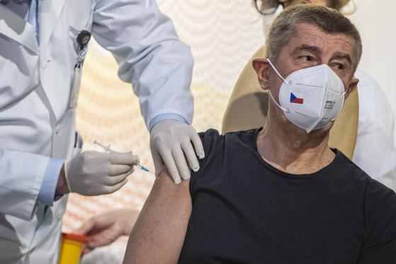 바비 스 체코 총리는 지난달 27 일 화이자로부터 백신을 맞았습니다. [EPA=연합뉴스]