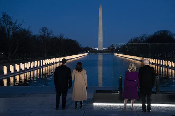 조 바이든 대통령 당선인 부부와 카멀라 해리스 부통령 당선인 부부가 19일(현지시간) 워싱턴 링컨기념관 앞에서 열린 코로나19 희생자 추모행사에 참석했다. [AP=연합뉴스]