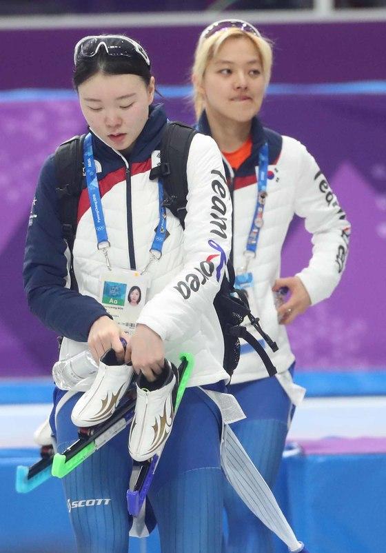 2018년 2월 21일 강릉 스피드스케이트장에서 열린 여자 팀추월 경기를 마친 뒤 노선영(왼쪽), 김보름이 경기장을 나서고 있다. 중앙포토