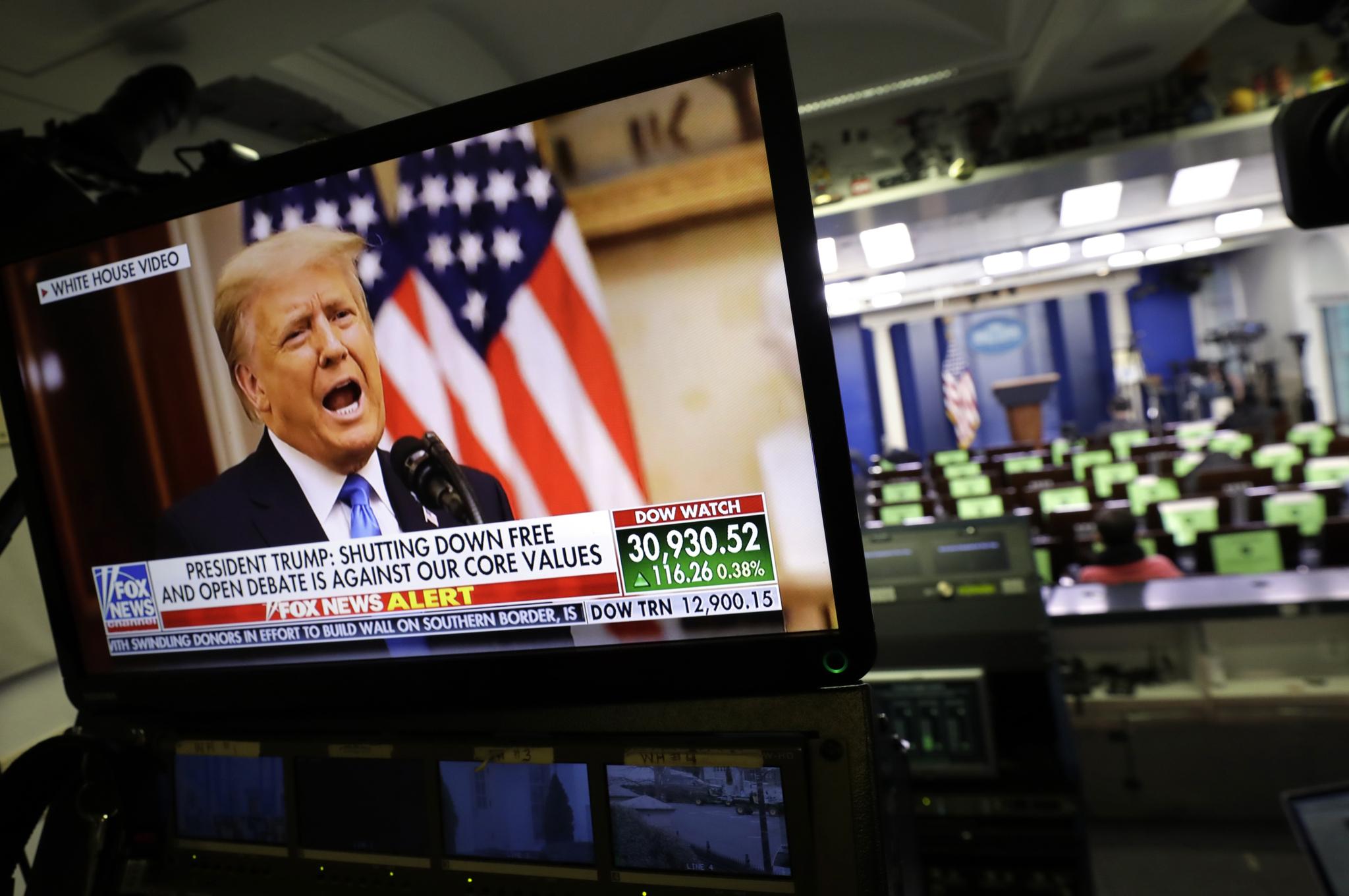 19일 트럼프의 고별 연설 비디오가 백악관 기자실 모니터에서 방송되고 있다. EPA=연합뉴스