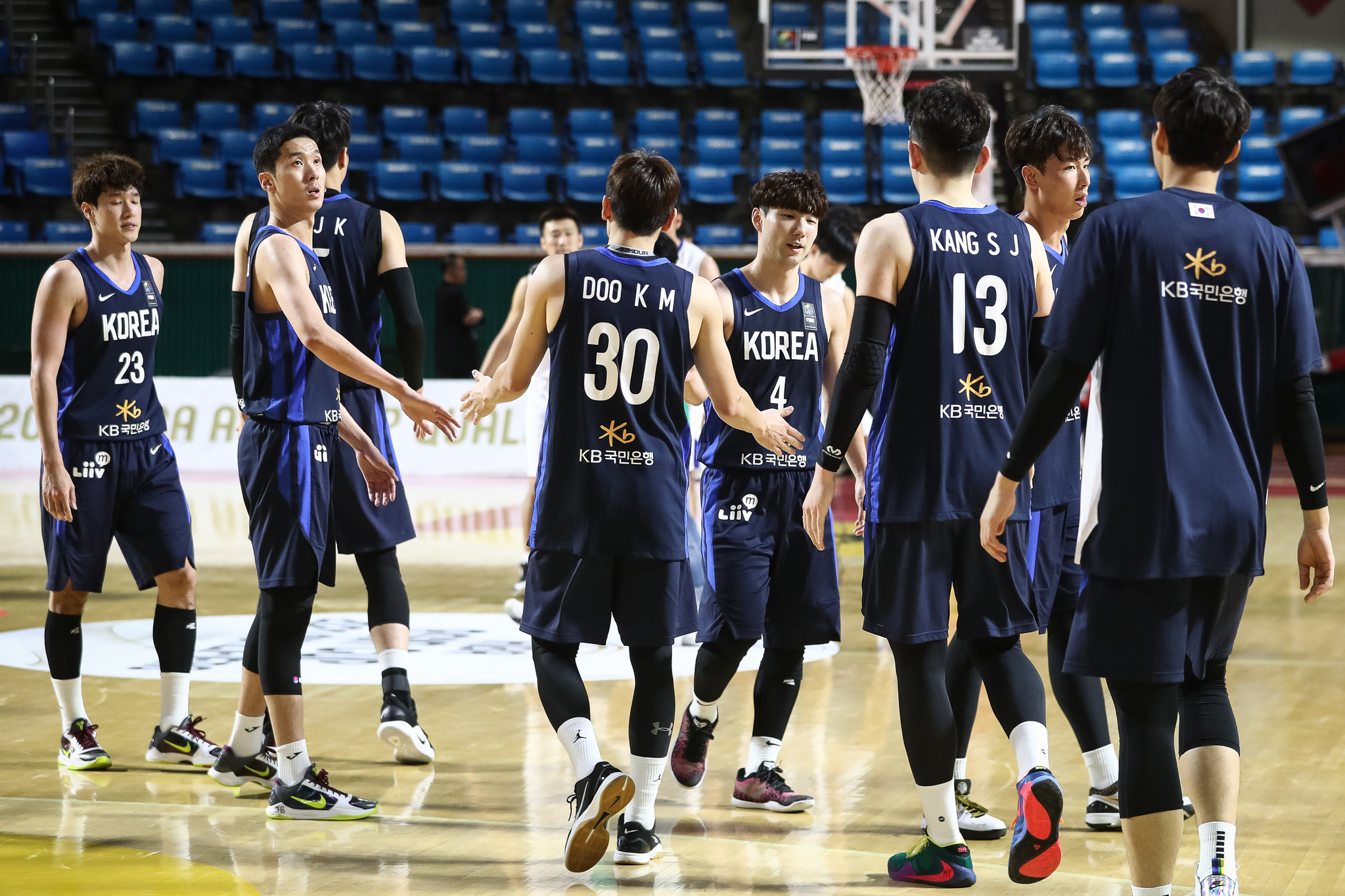 한국남자농구대표팀 선수들이 지난해 2월 서울 잠실학생체육관에서 열린 아시아컵 태국전에서 승리한 뒤 악수를 나누고 있다. [뉴스1]