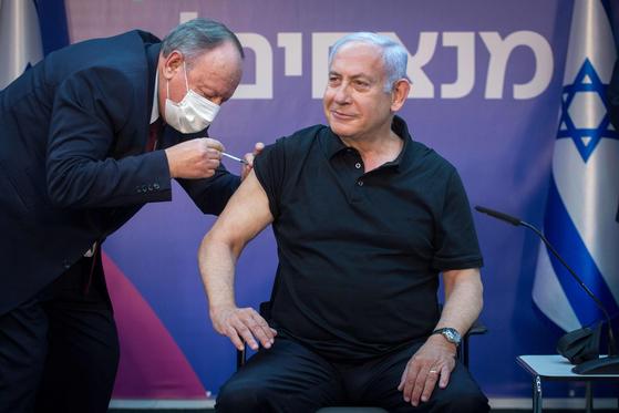 네타냐후 이스라엘 총리는 9 일 두 번째 화이자 백신을 맞았다. [AFP=연합뉴스]