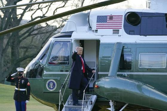 20일(현지시간) 마지막으로 백악관을 떠나는 트럼프 대통령이 손인사를 하고 있다. [AP=뉴시스]