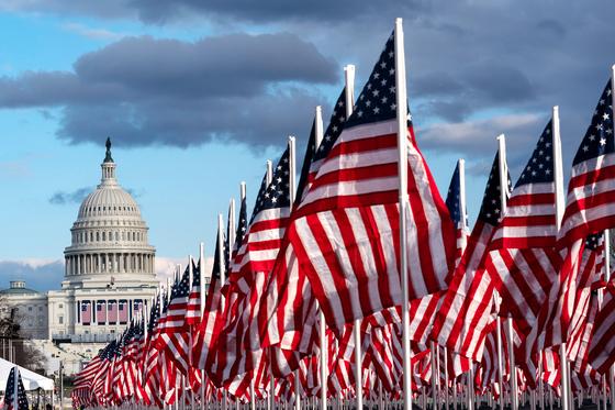 조 바이든 대통령 취임을 이틀 앞둔 18일(현지시간) 워싱턴 내셔널 몰을 가득 채운 성조기. [AP=연합뉴스]