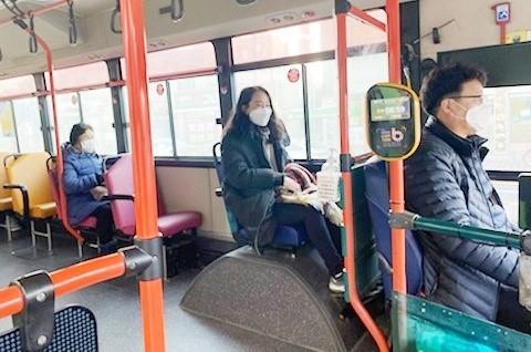 보령시청 직원이 시내버스 운전석 뒷자리에 앉아 노선을 익히고 있다. [사진 보령시]