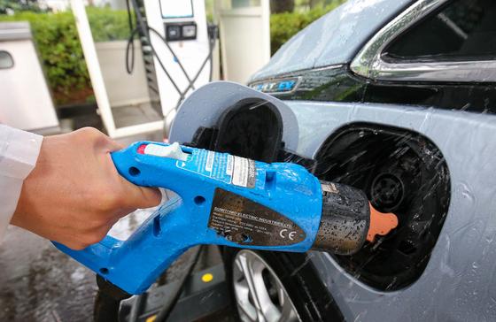 전기차 충전소를 찾은 운전자가 충전을 하고 있다. 프리랜서 장정필