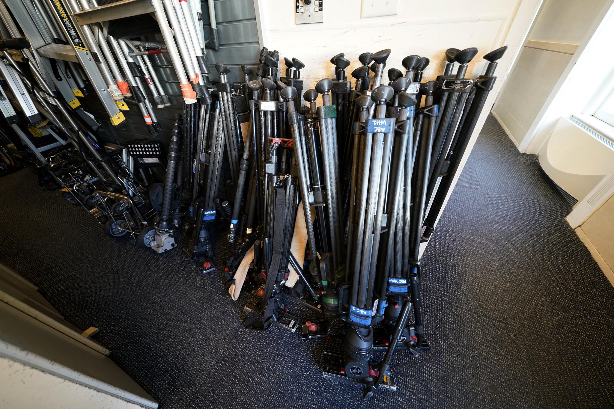 방송용 카메라 삼각대가 19일 백악관 기자실에 접힌 채 보관돼 있다. AP=연합뉴스