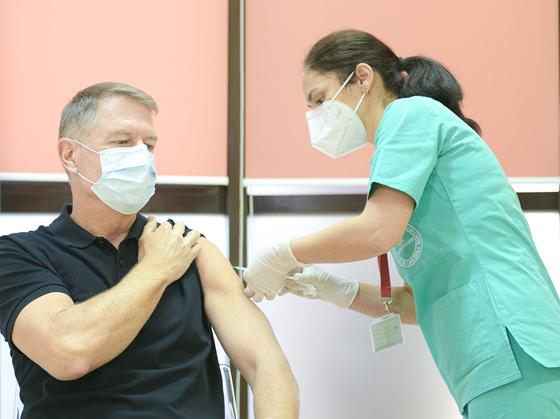 요하네스 루마니아 대통령은 이달 15 일 화이자로부터 백신을 맞았습니다. [AFP=연합뉴스]