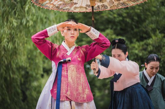 역사 왜곡 및 희화화로 행정지도인 권고가 결정된 드라마 '철인왕후'에서 배우 신혜선이 연기한 동명 주인공. [사진 tvN]