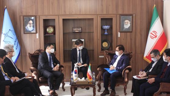 지난 12일 한국선박 나포 문제와 관련 이란을 방문한 최종건 외교부 1차관(왼쪽)이 헤크마트니아 이란 법무부 차관을 만나고 있다.[이란 정부 홈페이지 캡처]