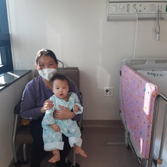 생후 9개월 몽골 아기 에르켐세힌이 우리나라에서 심장수술을 받아 새생명을 얻었다. 사진은 에르켐세힌과 엄마의 모습. 제공 이대서울병원
