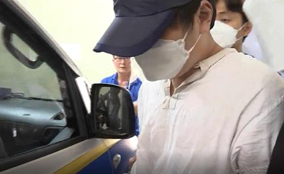 지난해 6월 25일 충남 당진의 한 아파트에서 자매를 살해한 뒤 달아났다가 체포된 김모씨가 경찰 호송차에 오르고 있다. JTBC 이우재 기자