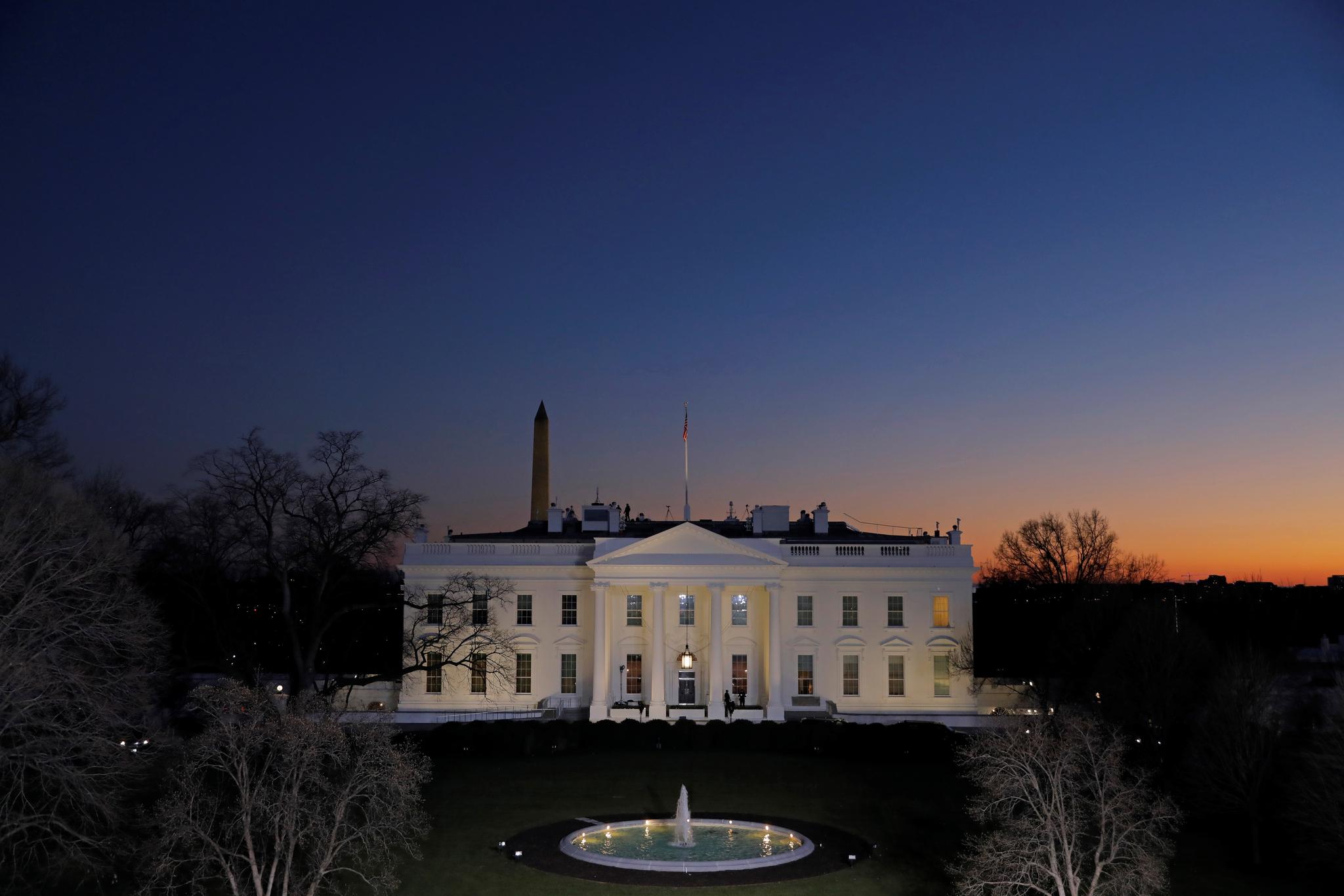 트럼프 미국 대통령의 임기 마지막날인 1월 19일 저녁 백악관 뒤로 노을이 붉다. 로이터=연합뉴스