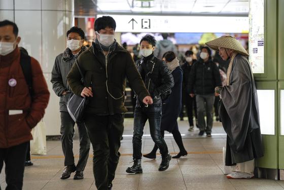 지난 18일 일본 도쿄 신주쿠 열차 터미널. EPA=연합뉴스