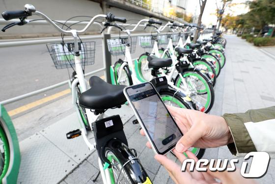 지난해 11월 서울 용산구 따릉이 대여소에서 한 시민이 스마트폰을 이용해 따릉이를 이용하고 있다. 뉴스1