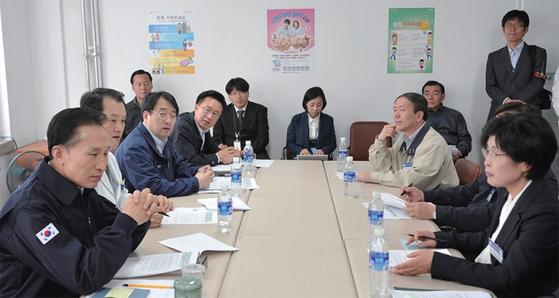 2009년 10월 28일 이명박 대통령(맨 왼쪽)이 신종플루와 전쟁 중인 국립의료원을 방문해 전재희 당시 보건복지부 장관(맨 오른쪽)의 보고를 듣고 있다.