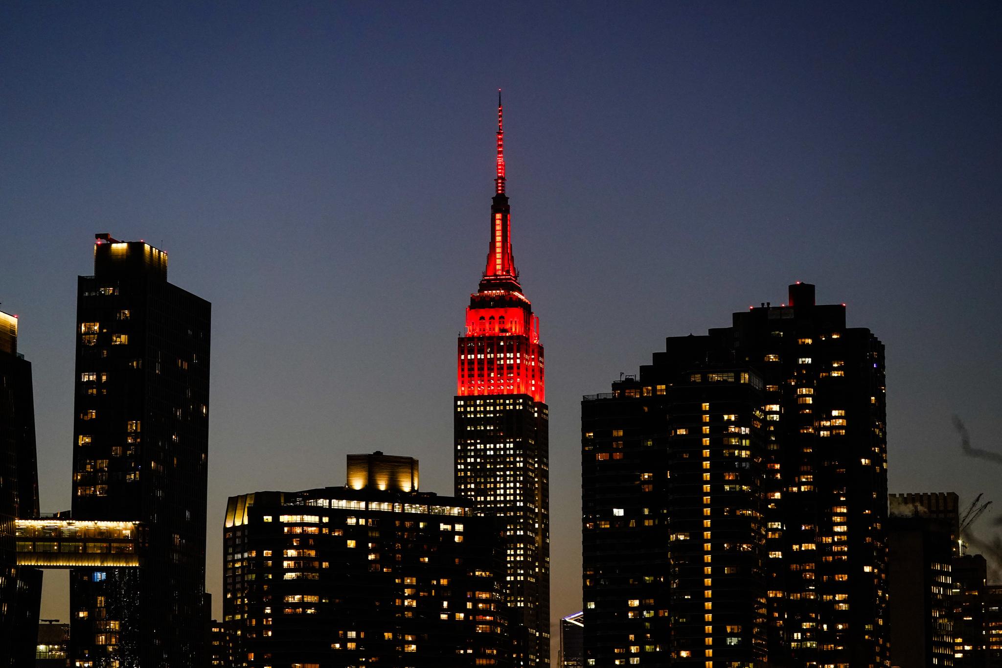 19일 밤 미국의 고층 빌딩들이 코로나 19 사망자를 추모하는 조명을 밝힌 가운데 뉴욕의 엠파이어 스테이트 빌딩에 심장 박동처럼 점멸하는 붉은 조명이 켜졌다. 미국의 코로나 19 희생자는 40만명을 넘어섰다. 도널드 트럼프의 임기 마지막을 장식하는 암울한 풍경이다. AP=연합뉴스