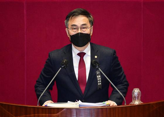 최형두 국민의힘 의원이 2020년 12월 14일 국회에서 열린 본회의에서 남북관계발전에 관한 법률 일부개정안(대북전단금지법 개정안)과 관련해 무제한 토론을 하고 있다. 오종택 기자