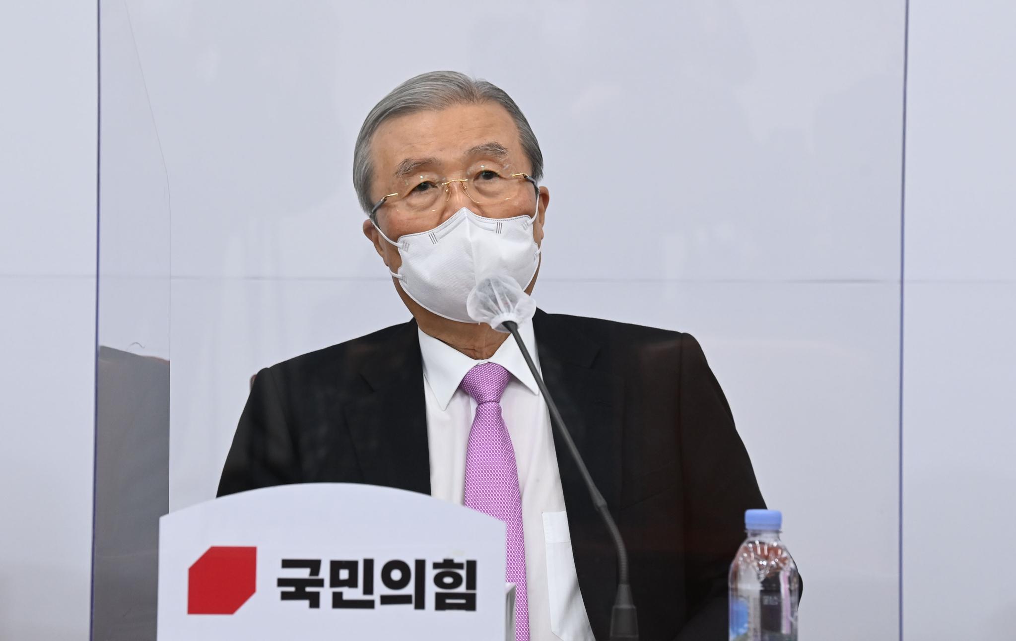 20일 오전 국회에서 열린 국민의힘 코로나19 대책특위 회의에서 김종인 비대위원장이 모두 발언을 하고 있다. 오종택 기자