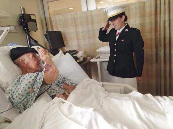 2014년 육군에서 원사로 퇴역한 노인이 새로 해군 소위로 임관한 손녀에게 경계를 하고 있다. [사진 godupdates.com]