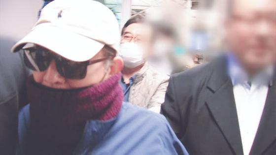 2019년 3월 22일 밤 김학의 전 법무부 차관이 인천공항에서 태국행 비행기에 탑승하려다 긴급 출국 금지돼 공항에서 나오고 있다. 최근 이 과정이 법무부와 검찰의 서류·기록 조작 등에 의한 불법적 출금이란 공직 제보가 있어 검찰이 수사에 나섰다. [JTBC 캡처]
