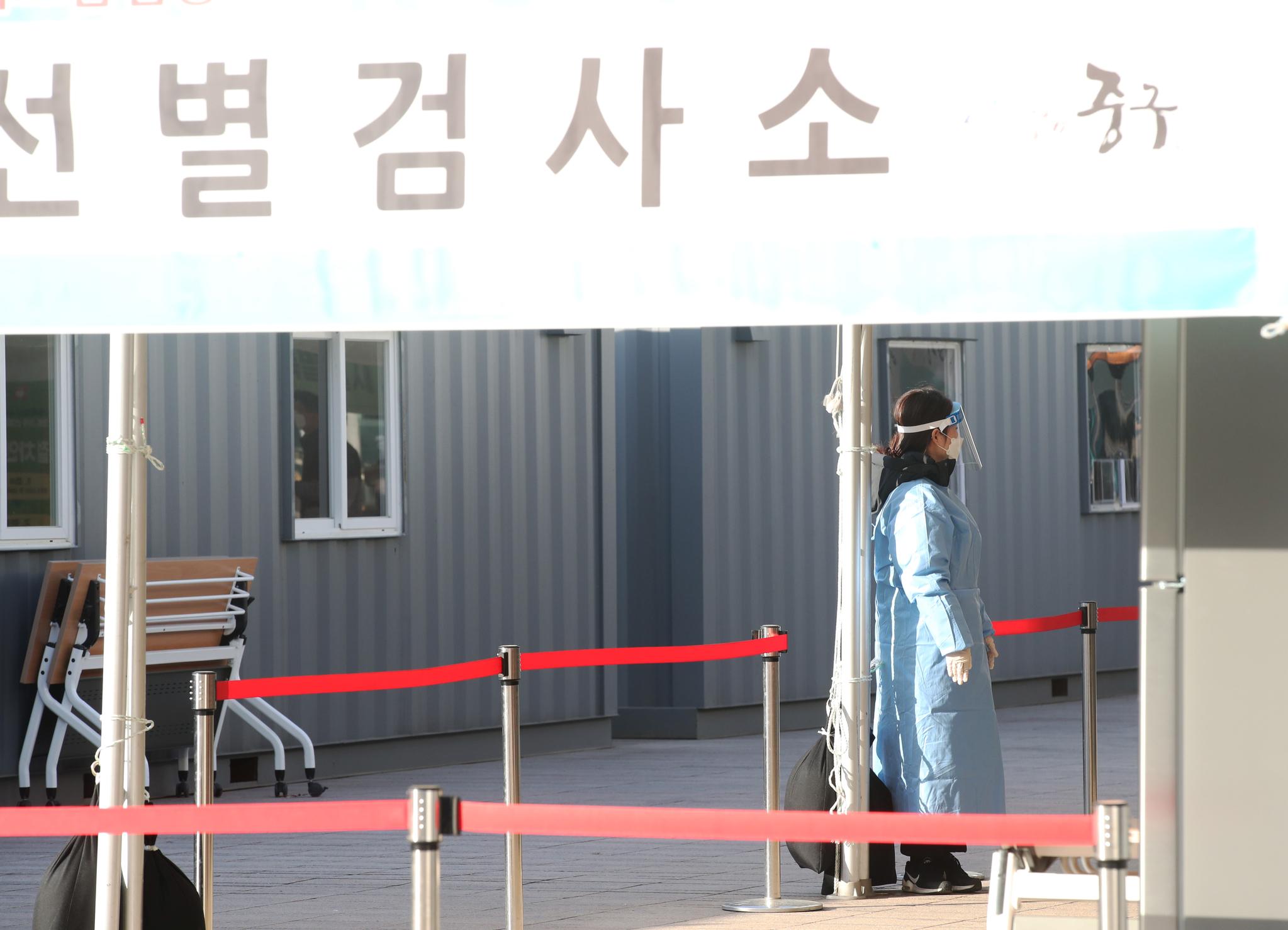 코로나19 확진자가 국내에서 처음 발생한 지 1년째가 되는 20일 서울광장에 마련된 선별 진료소에서 의료진이 기둥에 기대 휴식을 취하고 있다. 우상조 기자
