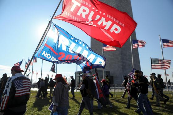 지난해 12월20일 극우단체 '프라우드 보이스' 회원들이 트럼프 전 대통령을 지지하는 깃발을 들고 이동하고 있다. [로이터=연합뉴스]