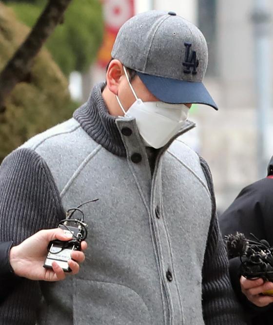 경기 김포에서 아파트 경비원을 폭행해 중상을 입힌 30대 중국인 남성이 21일 오전 구속 전 피의자 심문(영장실질심사)를 받기 위해 인천지법 부천지원에 들어서고 있다. [뉴스1]