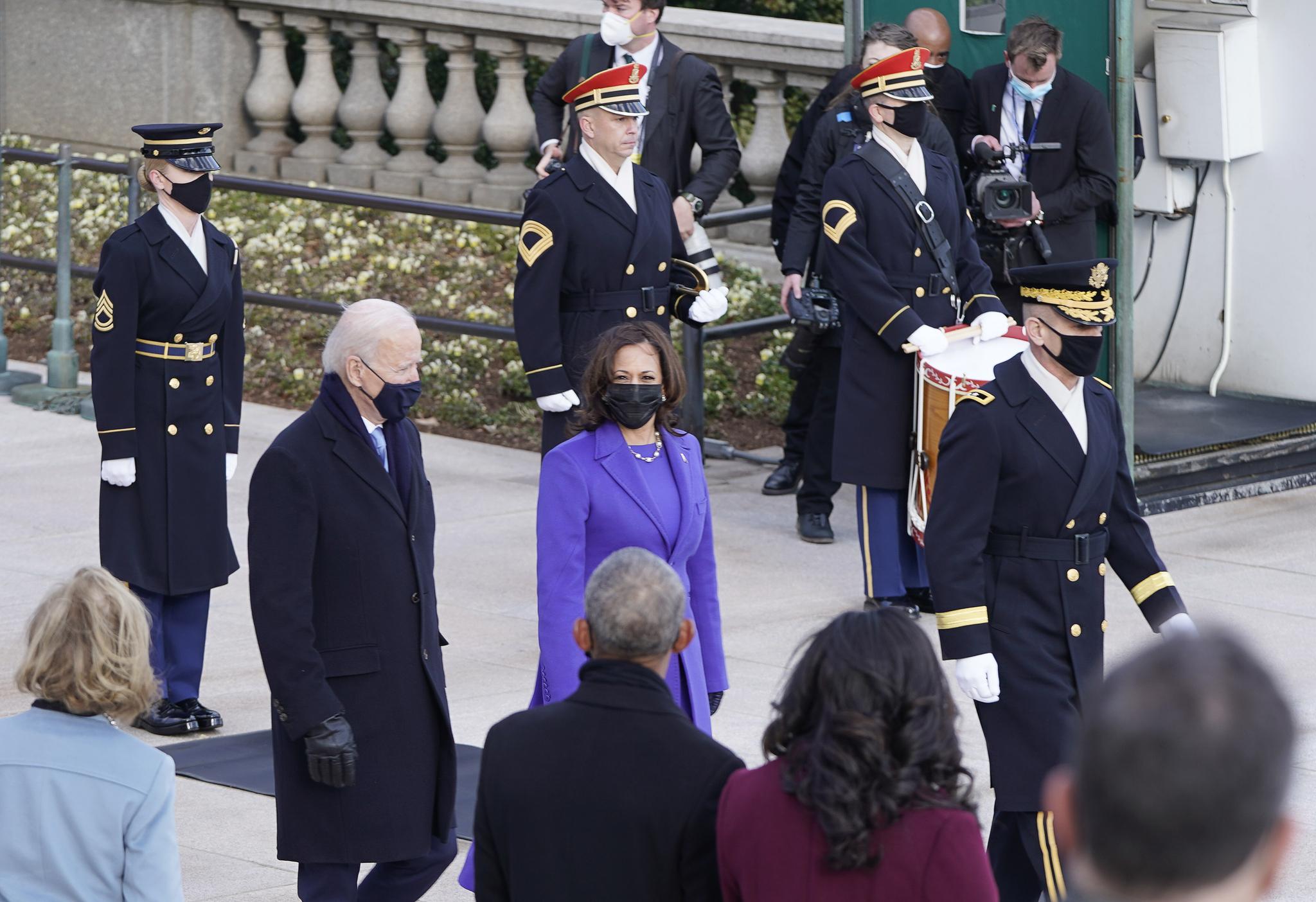 알링턴 국립묘지를 방문한 조 바이든 미국 대통령과 카멀라 해리스 부통령. AP=연합뉴스
