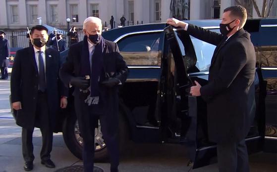 취임식에서 조 바이든을 경호하는 데이비드 조(왼쪽). 사진 CNN 영상캡처