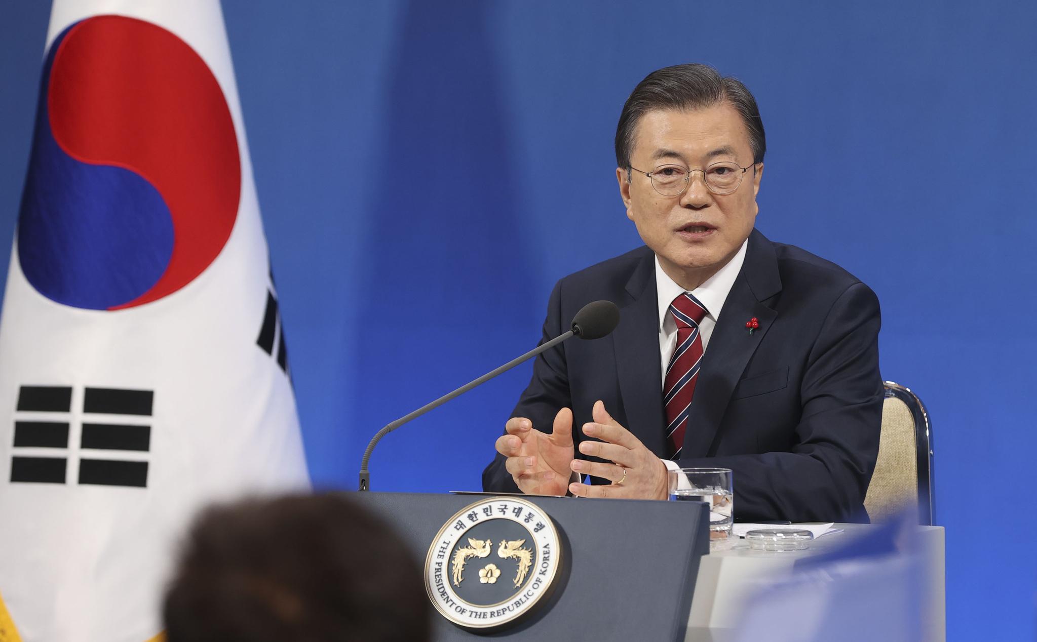 문재인 대통령이 18일 청와대 춘추관에서 열린 신년 기자회견에서 기자의 질문에 답하고 있다. 청와대사진기자단