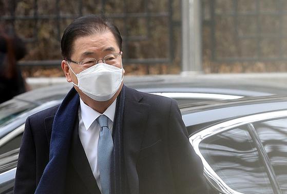 정의용 외교부 장관 후보자가 21일 서울 종로구의 한 빌딩에 마련된 사무실로 출근하고 있다. [뉴스1]