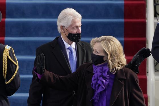 20일(현지시간) 미국 워싱턴DC 연방 의사당에 모습을 드러낸 42대 빌 클린턴 전 대통령과 부인 힐러리 클린턴 전 국무장관. AP=연합뉴스
