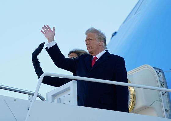 20일(현지시간) 트럼프 대통령과 멜라니아 여사가 앤드루스공군기지에서 마지막 연설을 마친 뒤 에어포스원 앞에 서 손을 흔들어 보이고 있다. AFP=연합뉴스