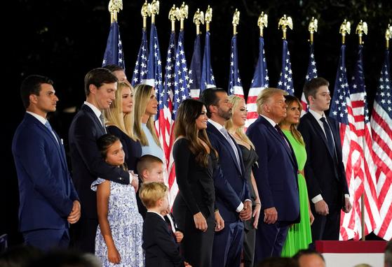 도널드 트럼프 전 대통령(오른쪽 세 번째)이 퇴임하면서 법적인 경호 대상이 아닌 성인 자녀의 경호까지 지시한 것으로 알려졌다. 부인 멜라니아(오른쪽 둘째)와 성인이 되지 않은 아들 배런(오른쪽 끝)은 경호대상이지만 장녀 이방카와 남편 재러드 쿠슈너, 장남 트럼프 주니어, 차남 에릭과 그의 아내 라라, 차녀 티파니 등 성인 자녀 4명과 배우자 2명은 원칙적으로 퇴임 후 경호대상이 아니다. [로이터=연합뉴스]