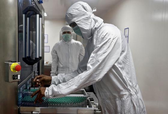 인도에 위치한 세계 최대 백신 제조회사 세룸 인스티튜트(SII) 연구원이 아스트라제네카의 코로나19 백신 '코비실드' 관련 실험을 하고 있다. 로이터=연합뉴스