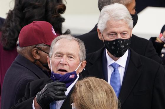 바이든 취임식에 참석한 조지 부시(왼쪽)ㆍ빌 클린턴 전 대통령. 로이터=연합뉴스