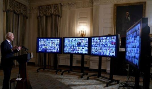 20일(현지시간) 조 바이든 미국 대통령이 백악관에서 화상으로 직원들에 메시지를 전하고 있다. [AP=연합뉴스]