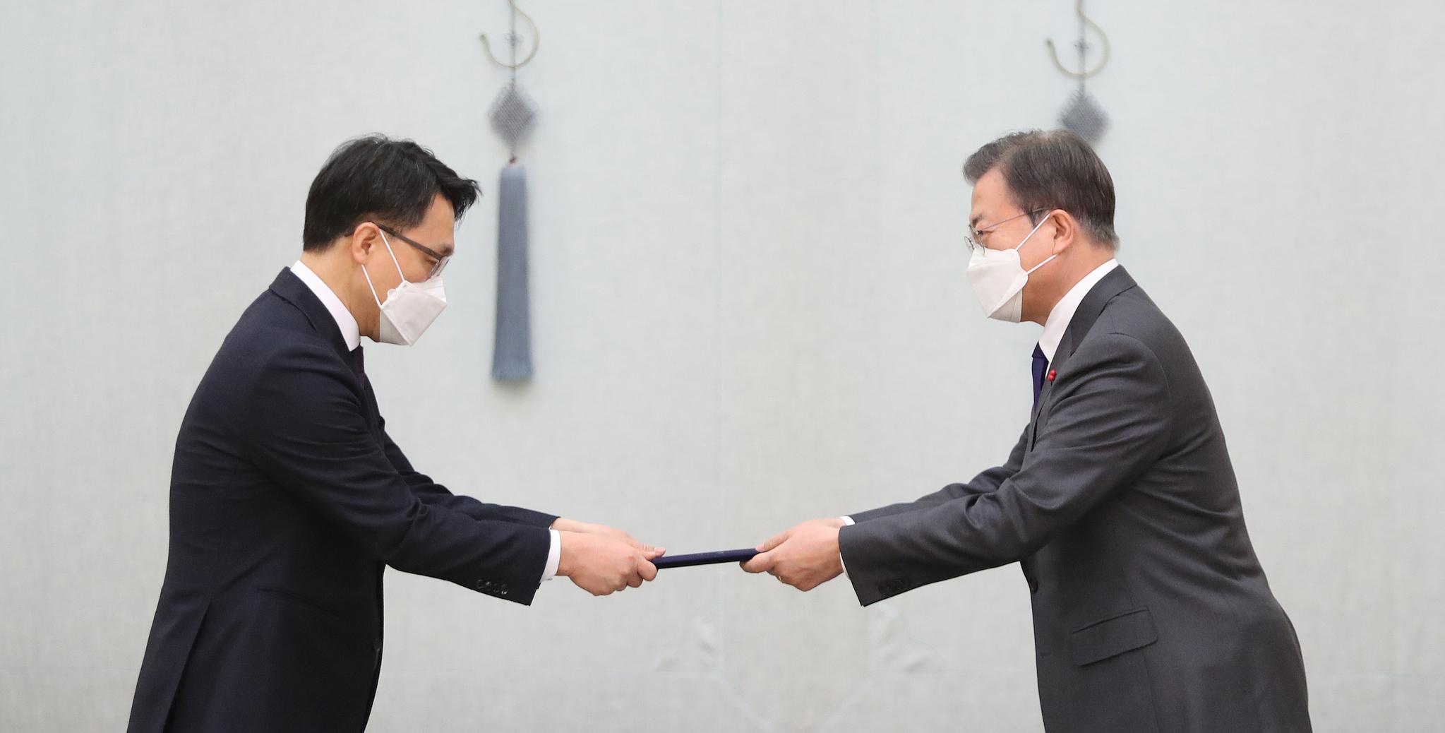 문재인 대통령이 21일 청와대에서 김진욱 초대 고위공직자범죄수사처장에게 임명장을 수여하고 있다. 청와대사진기자단