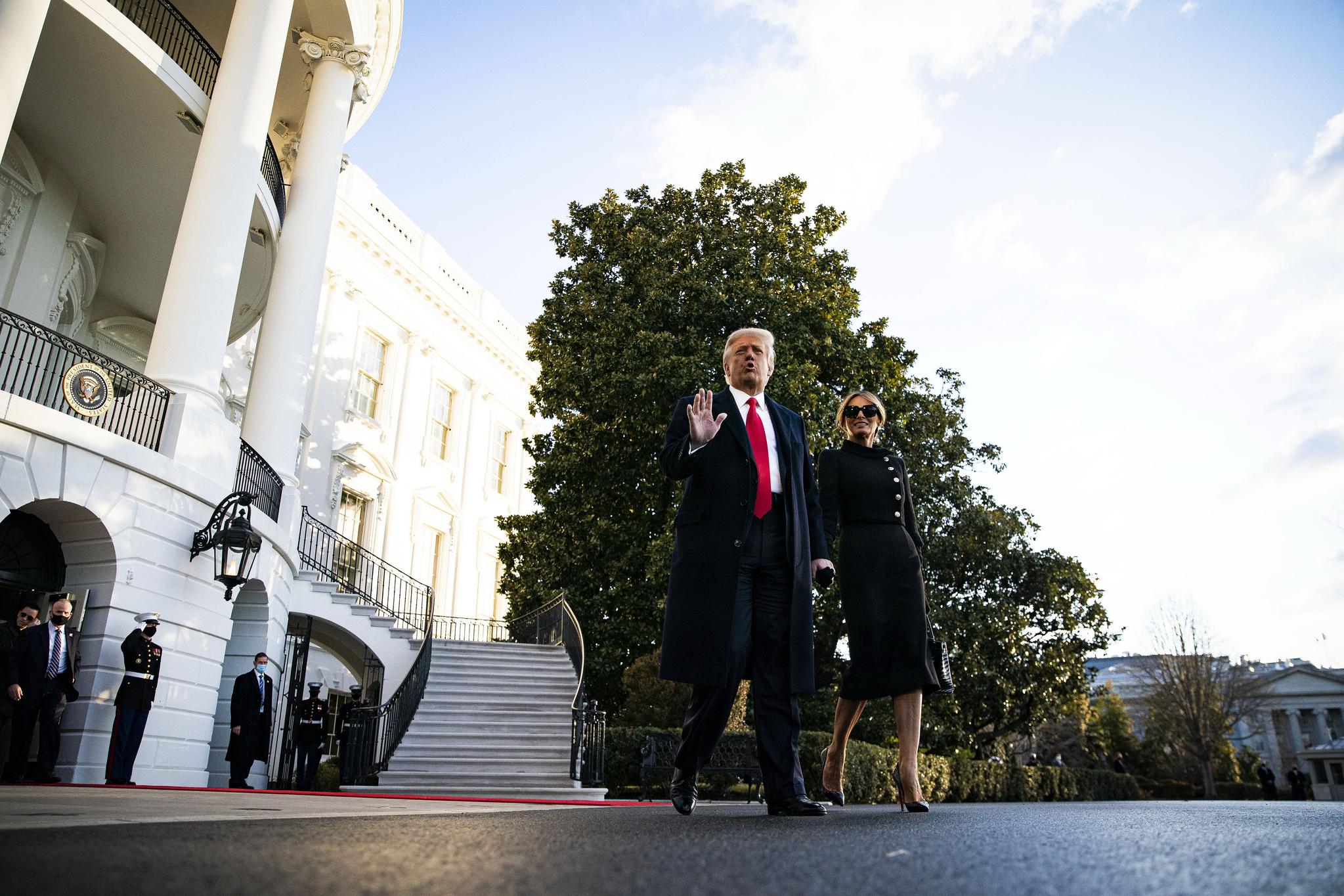 """트럼프는 임기가 끝나기 52 분 전에 개인 비행기를 타고 """"돌아올 게""""라고 말했다."""
