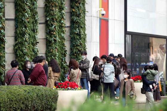 지난해 11월 서울 소공동 롯데백화점 에비뉴엘 명품관을 찾은 고객들이 샤넬 매장에 들어가기 위해 개장 시간을 기다리고 있다. 뉴스1