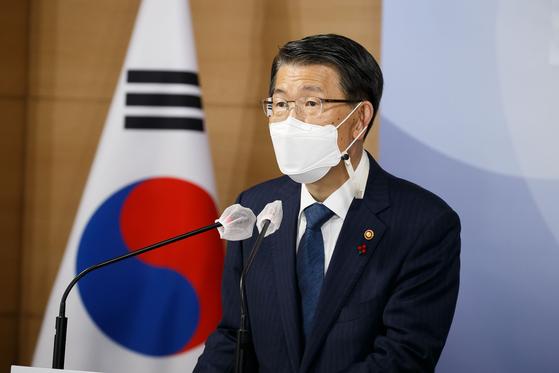 은성수 금융위원장이 지난 18일 서울 종로구 정부서울청사 합동브리핑실에서 2021년 금융위원회 업무계획을 설명하고 있다. 뉴스1