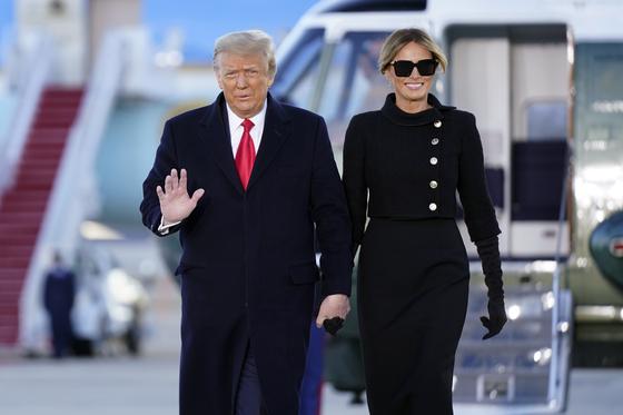 20일(현지시간) 앤드루스 공군기지에서 환송식을 연 도널드 트럼프 미국 대통령과 부인 멜라니아 트럼프 여사. AP=연합뉴스