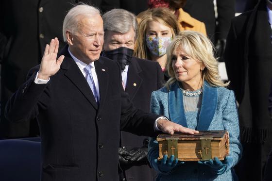 조 바이든 미국 대통령이 20일(현지시간) 미국 워싱턴에서 열린 취임식에서 선서를 하고 있다. [EPA=연합뉴스]